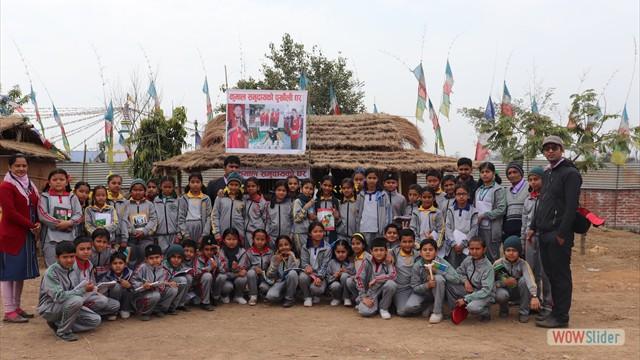 आइएस्ए प्रोजेक्ट प्रोजेक्ट नं. ५ को लोकल करिकुलम अन्तर्गत कुमाल संस्कृति अवलोकन गरेपछि सामुहिक तस्वीर खिचाउँदै विद्यार्थीहरु